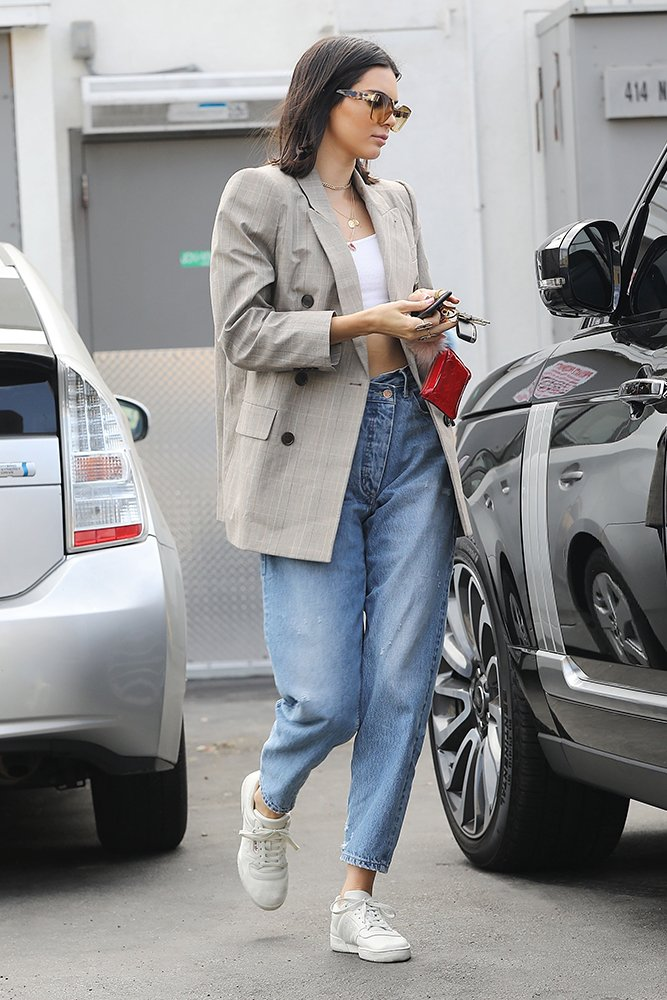 70-21533-kendall-jenner-grabs-lunch-in-weho-1500390039